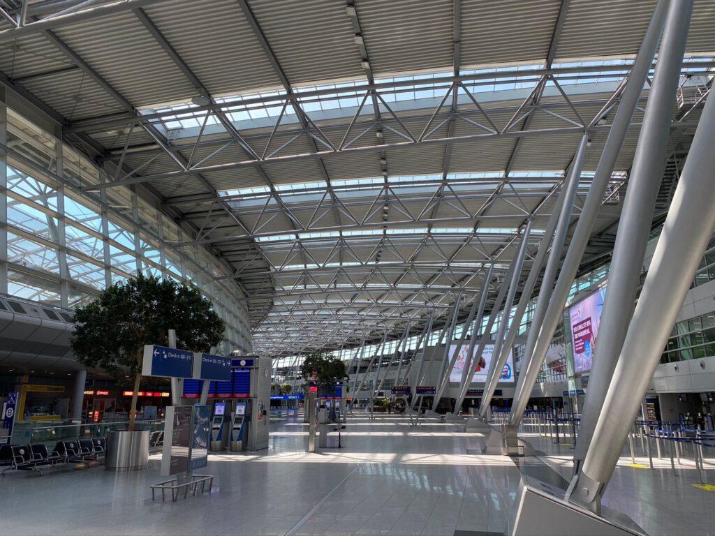 Leere Abflughalle am Flughafen Düsseldorf © Private Aufnahme am 26.05.2020 mit Erlaubnis von Referent Reisevertrieb Holger Sommer