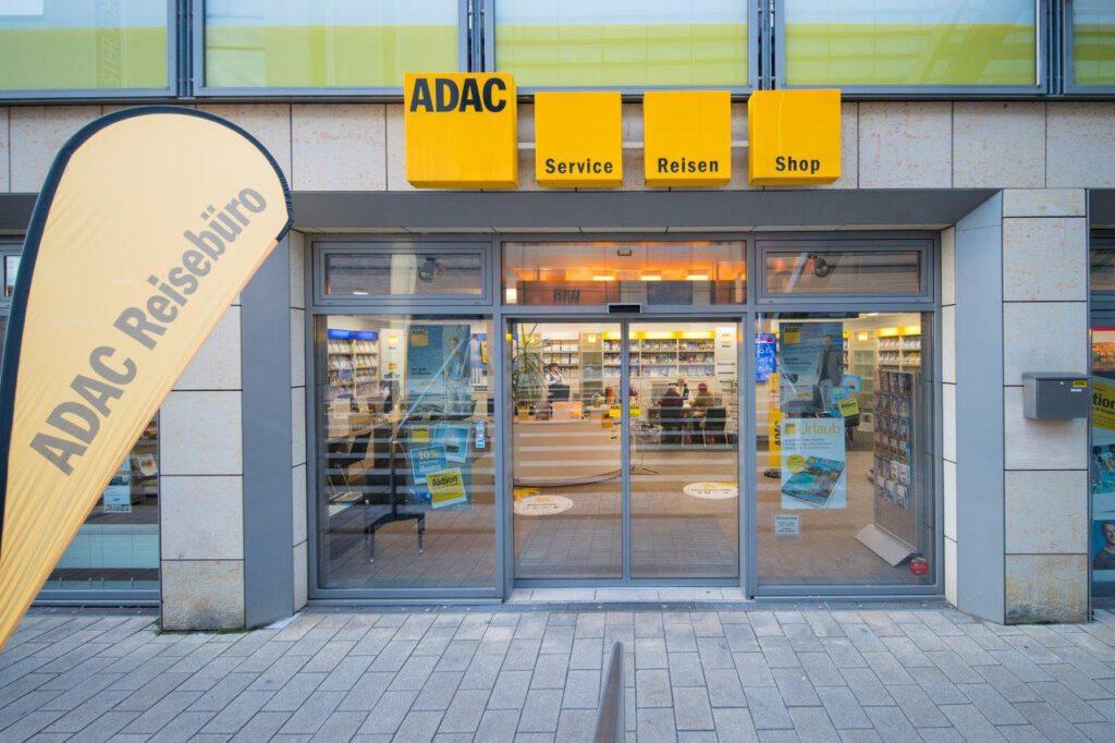 Die Außenansicht einer ADAC Geschäftsstelle.
