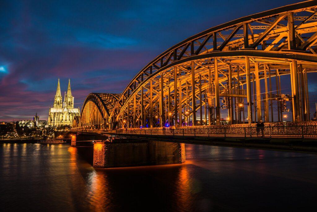 Köln Nachtansicht. Beleuchtete Brücke über den Rhein..