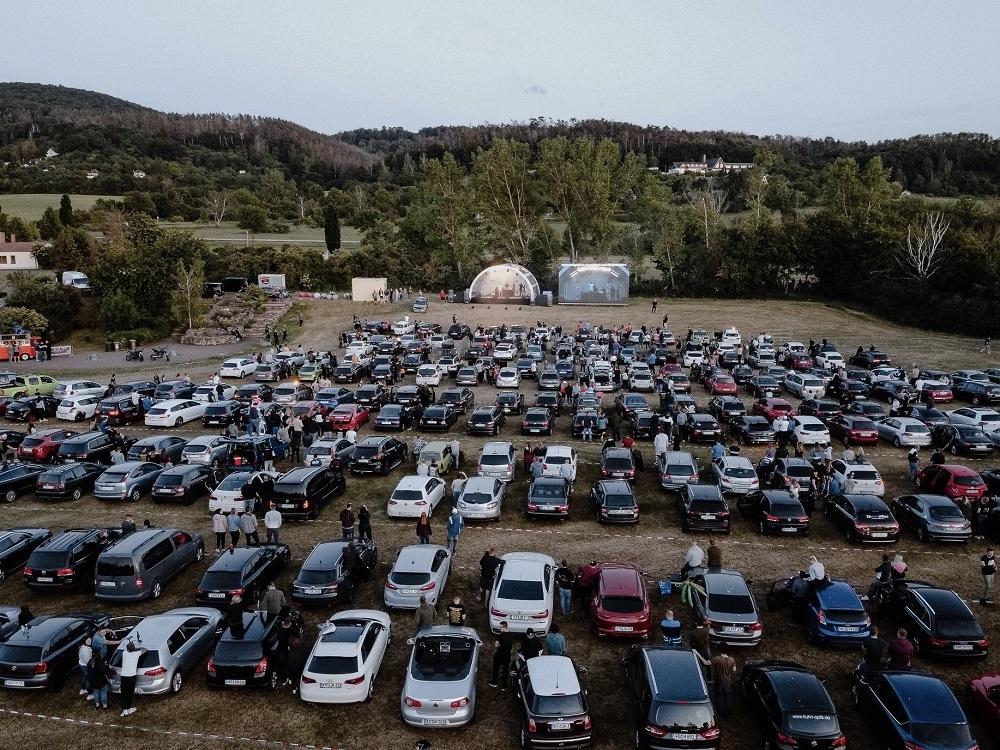 Beispiel für den Aufbau eines Autokinos: Großer Parkplatz mit Autos, die vor einer Bühne stehen.