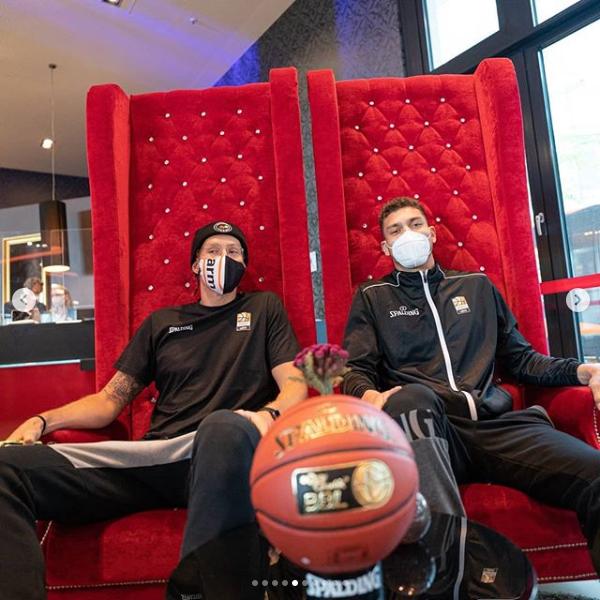 Zwei Basketballprofis sitzen in der Lobby des Leonardo Royal Hotel Munich