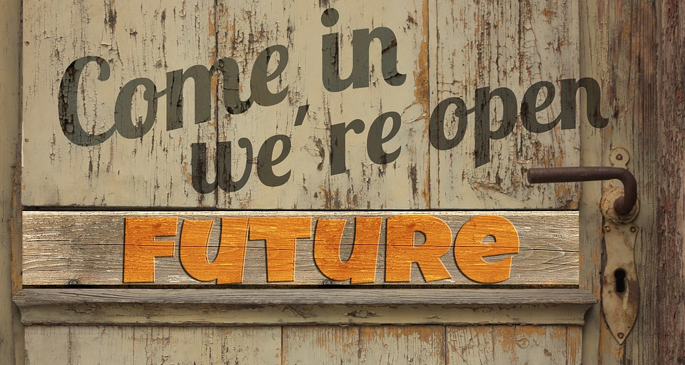 Schrift auf Holzbalken: Come in, we're open: future