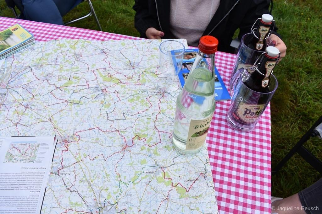 Das Bild zeigt eine Landkarte, die auf einem Tisch liegt.