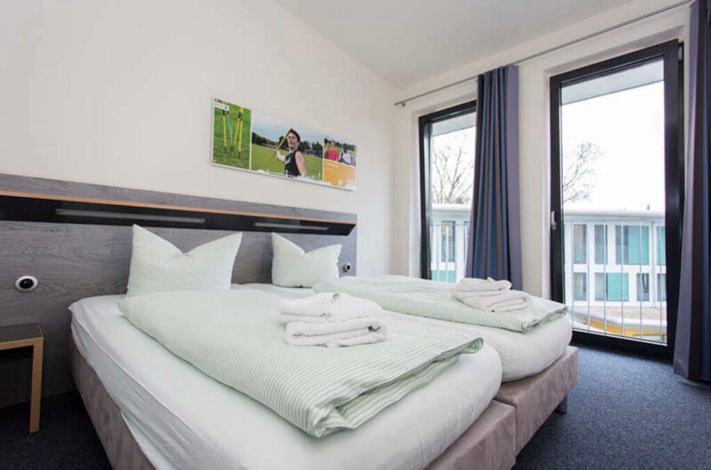 Zu sehen ist die Ausstattung in einem modernen Doppelzimmer in der Jugendherberge Duisburg Sportpark.