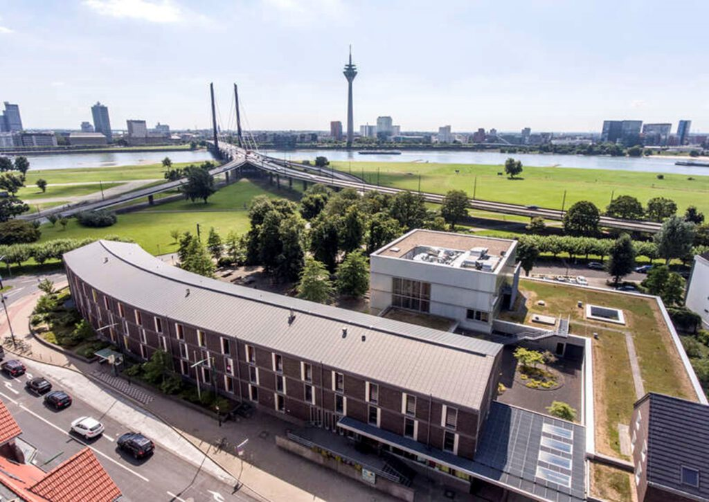 Zu sehen ist eine Luftaufnahmen der Jugendherberge in Düsseldorf.