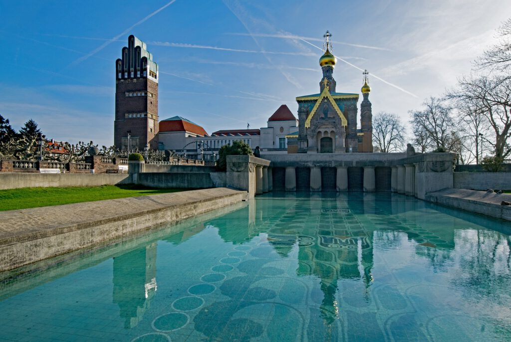Zu sehen ist eine Ansicht der Mathildenhöhe in Darmstadt.