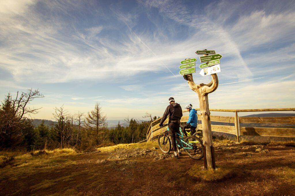 Zu sehen sind zwei Radfahrer auf einem Hügel im Thüringer Wald.