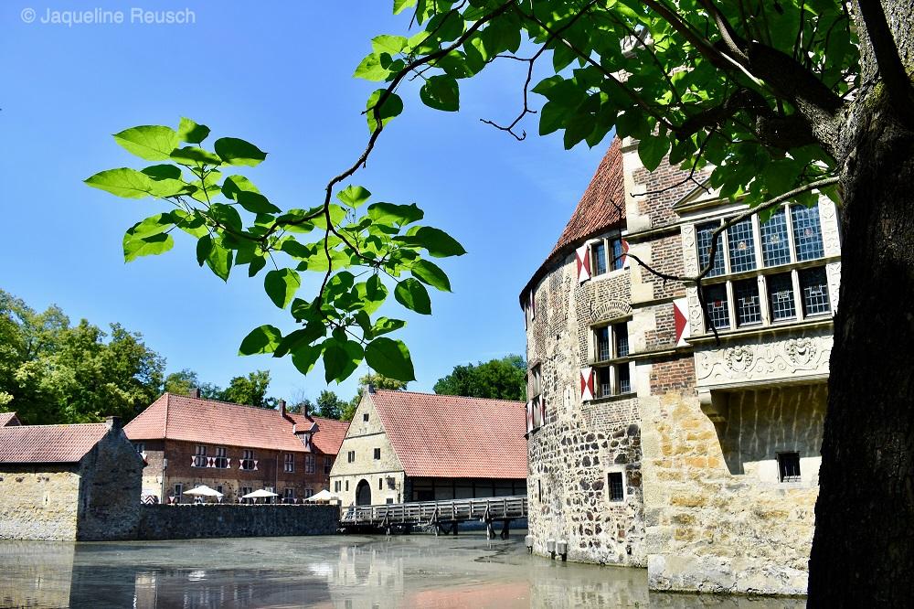 Zu sehen ist die Außenansicht von Burg Vischering im Münsterland.