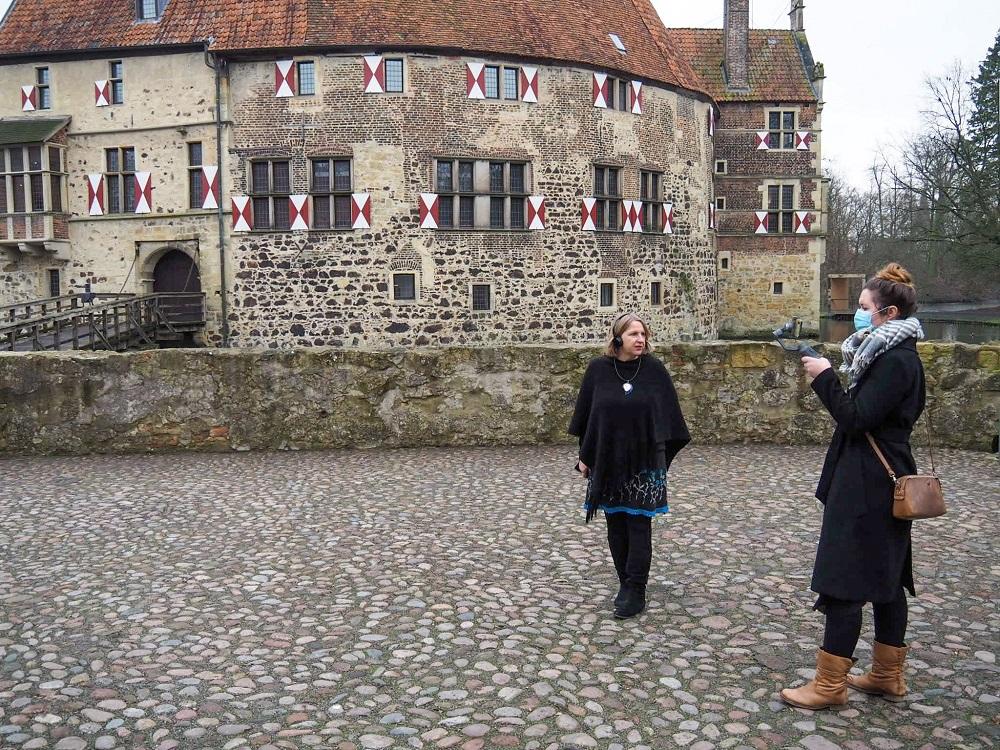 Filmaufnahmen für die virtuelle Führung durch Burg Vischering (auf dem Burghof).