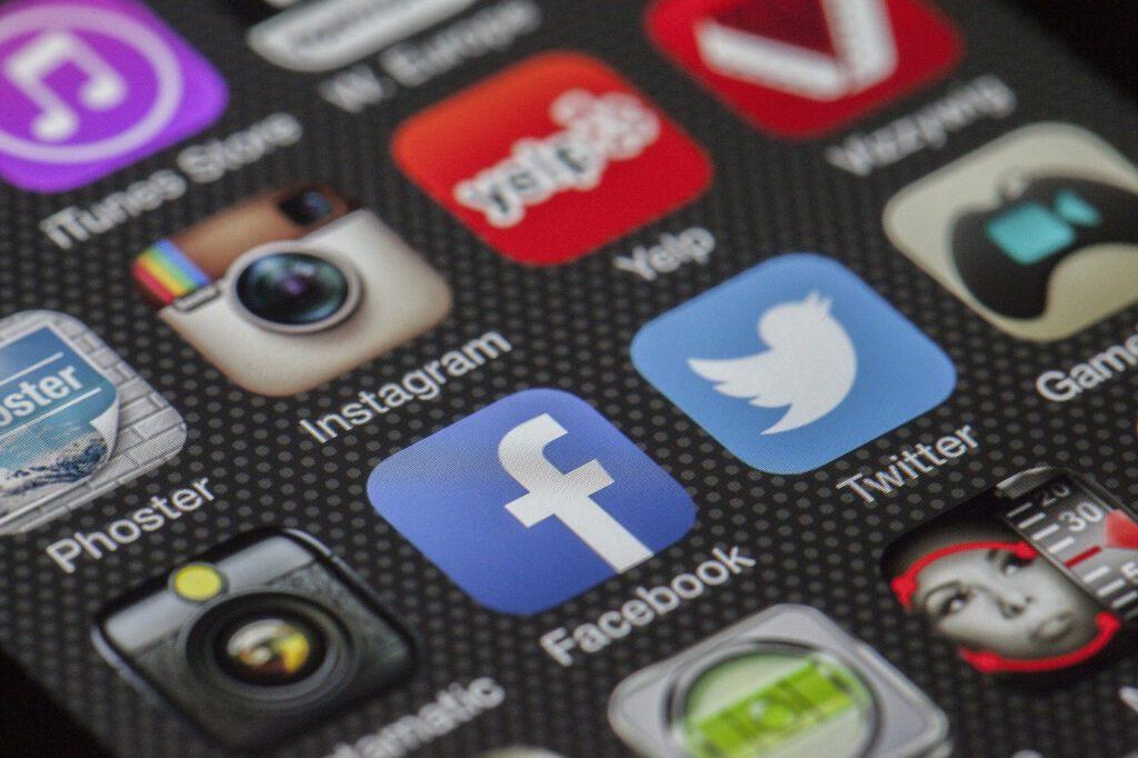 Zu sehen ist ein Bild mit Social Media Icons.