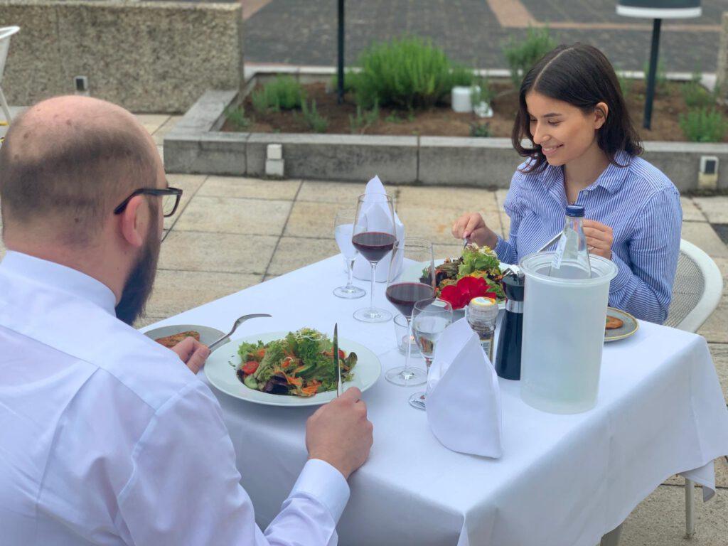 Zu sehen sind zwei Personen bei einem Dinner.