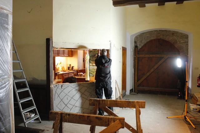 Baustelle im Foyer der Leuchtenburg mit Handwerker bei der Arbeit; im Hintergrund die große Eingangstür der Burg